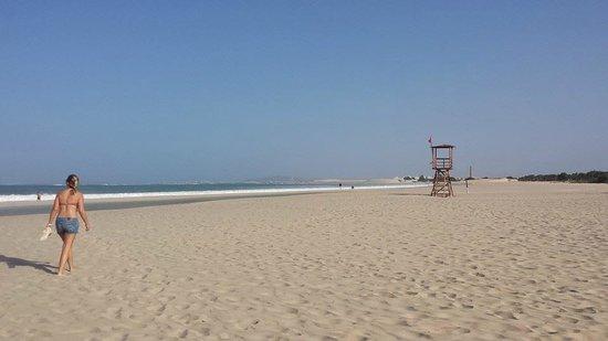 Royal Decameron Boa Vista: Beach straight down from hotel