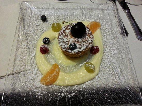 Il Sovrano: Sfornato di panettone con crema cioccolato bianco ed insalata di frutta