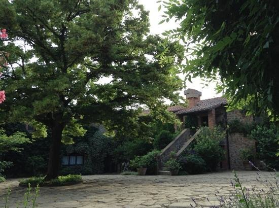 La Foce: beautiful central courtyard, Tiglio is upstairs