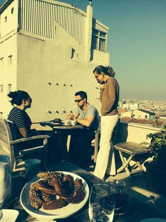 Dila Suites: Frühstück auf der Dachterrasse ( Deniz kümmert sich um Gäste)