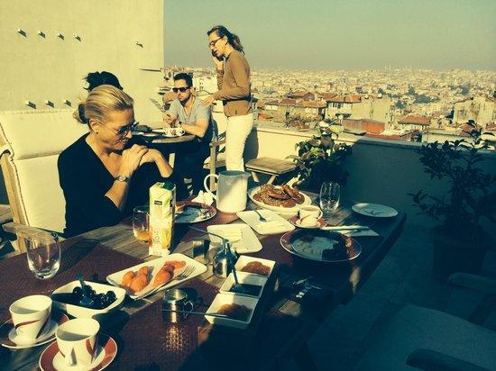 Dila Suites: leckeres Frühstück bei schönstem Wetter