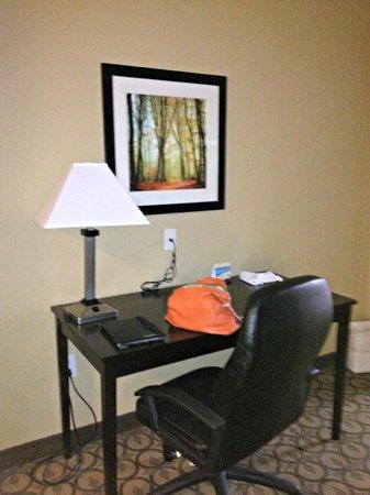 Best Western Mcdonough Inn & Suites : desk in room
