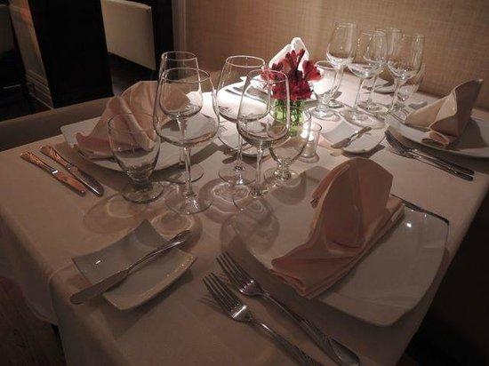 Secret Garden at Pillars Hotel: table setting
