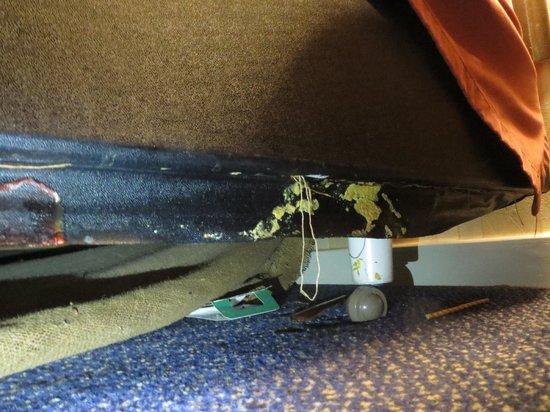 Ramada Crawley Gatwick : Again the sweet sight under my bed!