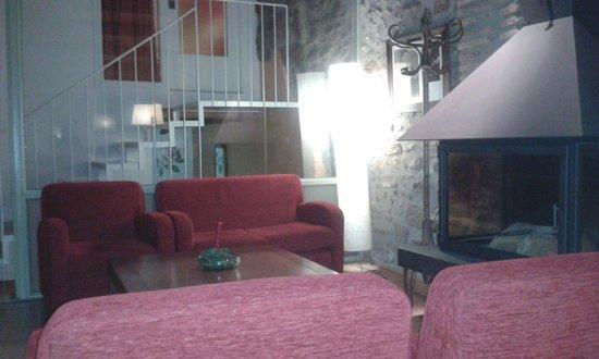 Hotel La Freixera : Salon con chimenea y juegos