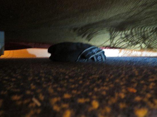 Ramada Crawley Gatwick : Some mens underwear under my bed!