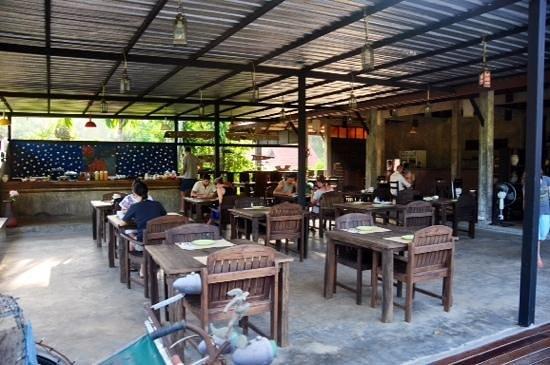Chaw Ka Cher Tropicana Lanta Resort: Outdoor dining, food was good