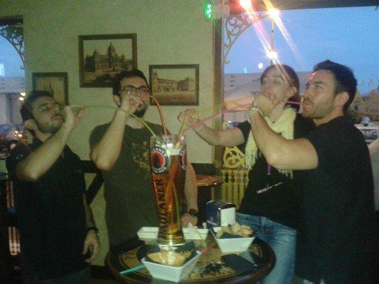 Praga Valencia : Amigos disfrutando de nuestra famosa jarra de tres litros