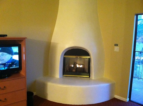 The Orchards Inn of Sedona: Kiva fireplace room 431