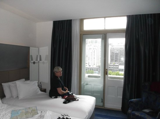Rendezvous Hotel Melbourne: our room and View