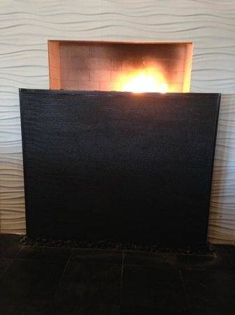 Winewood Grill: Fireplace in restuarant.