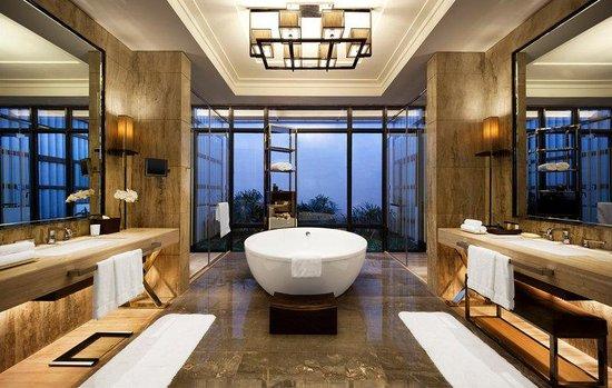 The Mulian Huadu Urban Resort Hotel: Grand Lake View Villa - Bathroom