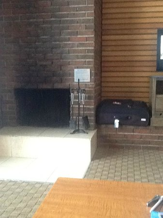 Best Western Jasper Inn & Suites: Fireplace with soot stains