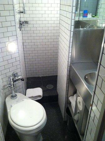 Pod 51 Hotel: Teeny tiny bathroom