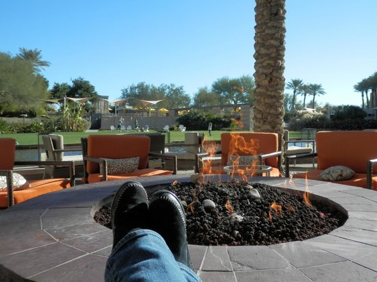 JW Marriott Phoenix Desert Ridge Resort & Spa: Relaxing while watching my daughter play on the lawn.  Many parents took advantage of this setup