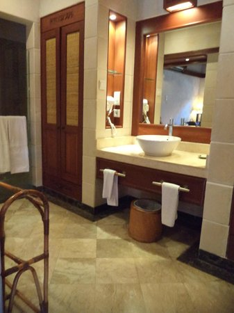 Bali Tropic Resort and Spa: Bathroom/shower area in room 2034