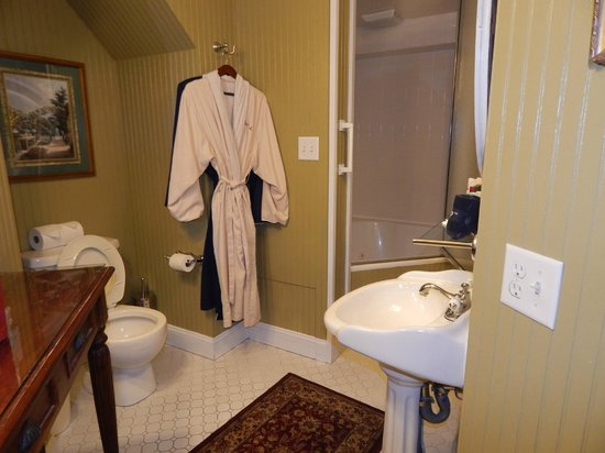 Cedar Crest Inn: bathroom serenity suite