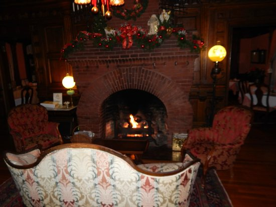 Cedar Crest Inn: living room