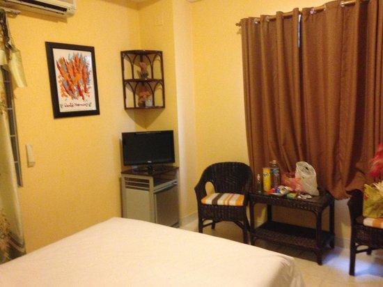 Ha Van Hotel: View of room from entrance door