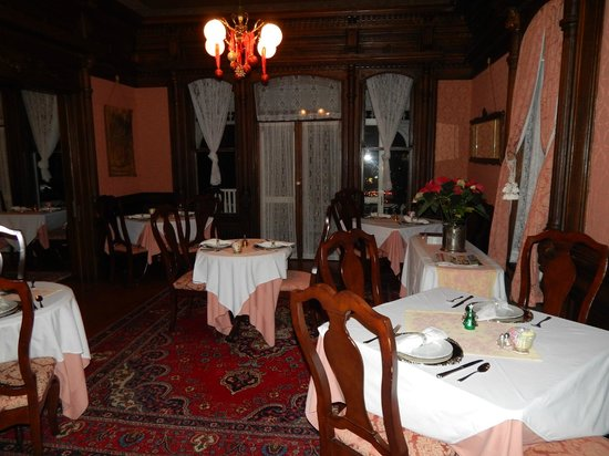 Cedar Crest Inn: dining room