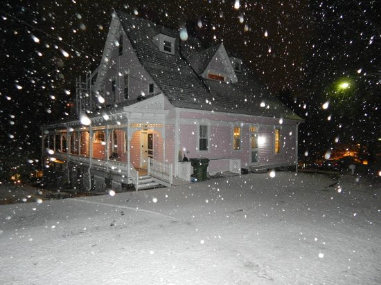 Cedar Crest Inn: snowing