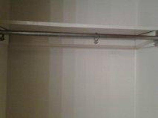 Rodeway Inn & Suites Bossier City: Empty, rusty closet rod