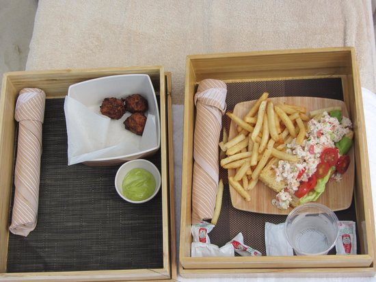 The Ritz-Carlton, Grand Cayman: lunch at beach, lobster roll