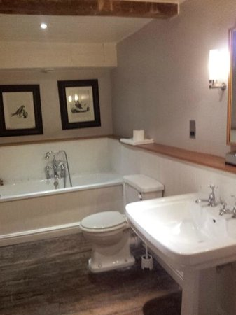 Wheelwrights Arms: Bathroom