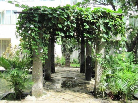 Bandara Hotel: Outdoors decor/gardens