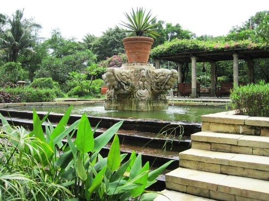 Bandara Hotel: Fountain at the hotel entrance