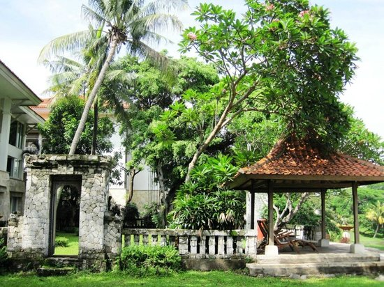 Bandara Hotel: Grounds near the man-made lake