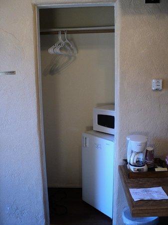 Canyon Motel & RV Park : Closet/Micro/Fridge