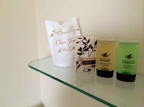 BK'S Chardonnay Motor Lodge : Stuff in Bathroom