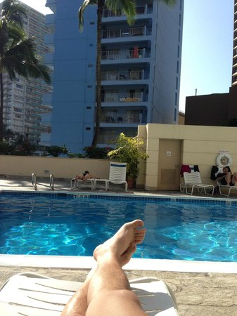 Ramada Plaza Waikiki: Afternoon sunbaking by the hotel pool