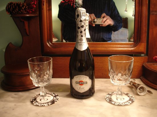 Elaine's Bed & Breakfast Inn: Champagne Toast