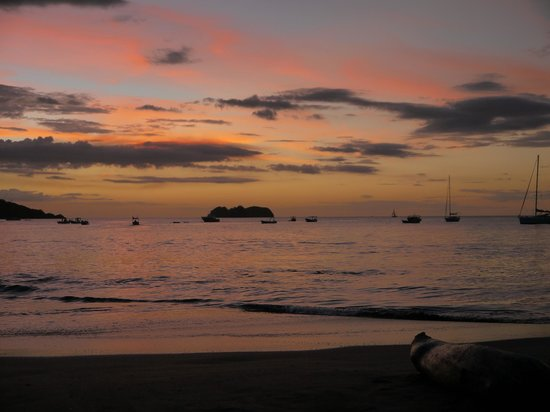 La Gaviota Tropical: Sunset from the beach of the hotel