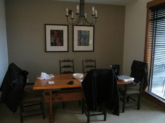 First Tracks Lodge: Dining room inside our apartment
