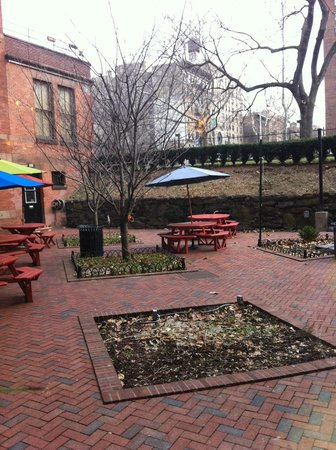 Hostelling International - New York: The garden is huge