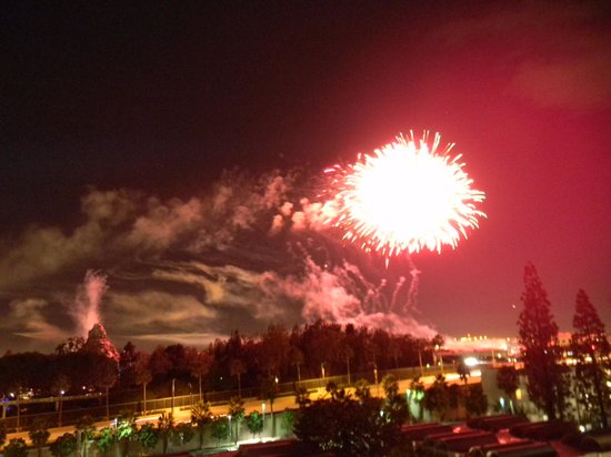 Howard Johnson Anaheim Hotel and Water Playground: Fireworks from top floor room