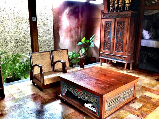Yabbiekayu Homestay Bungalows: The Living Room with Waterfall Walls and Fish Pond surrounding the room interior
