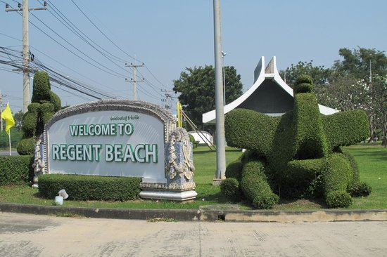 The Regent Cha Am Beach Resort: Entrance to site from road - amazing elephant hedges