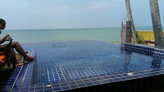 Lipa Bay Resort : View of Pool from Restaurant