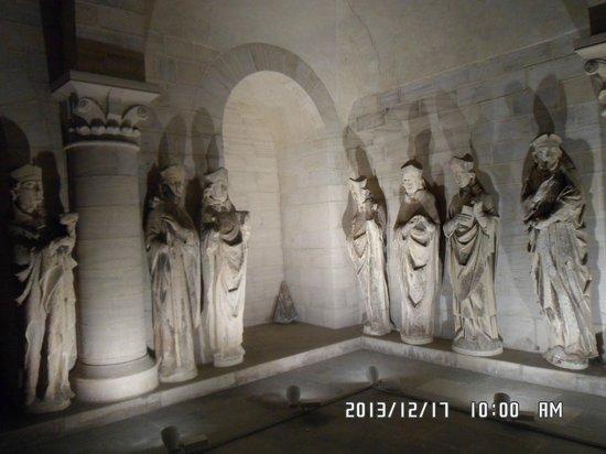 Notre Dame Cathedral: Saints statues