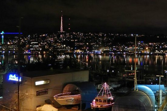 Silver Cloud Inn Seattle - Lake Union: Night view from our room
