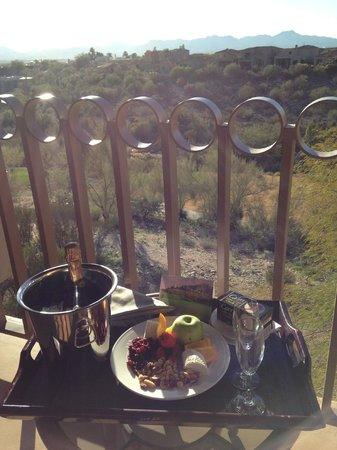 Westin La Paloma Resort and Spa : Champagne and light meal, complements of The Westin for our engagement!