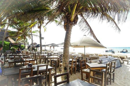 Kinbe Hotel: кафе на пляже