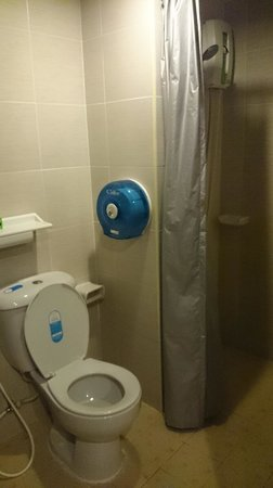 Lanna Beach Guesthouse: toilet flush is weak, but got hot shower and bidet