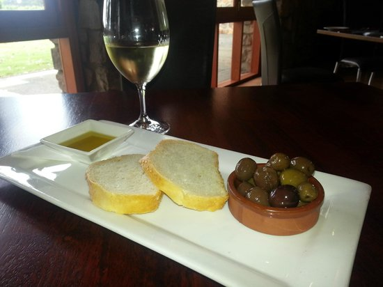 Xanadu Restaurant: Olives and bread for the Entree
