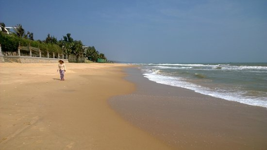 ChamPa Resort and Spa : Beach at hotel front