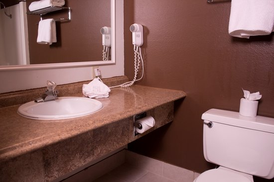 Fairbridge Inn & Suites: Guest Bath
